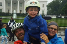 Travis, Fiona and their son Patch outside the White House (USA)